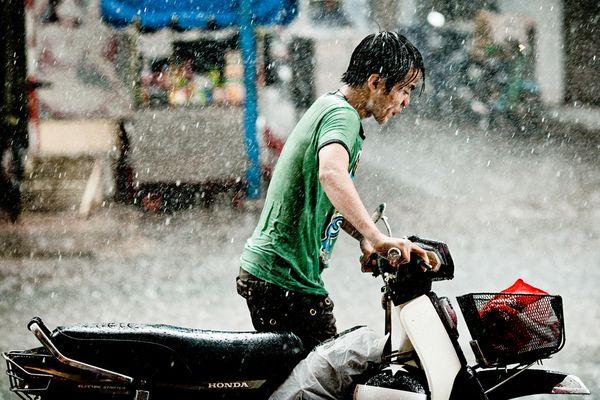 man-in-rain-ho-chi-minh-city_31207_600x450