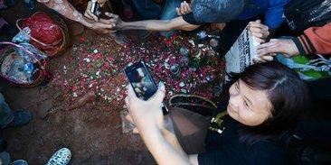 usai-dikebumikan-para-fans-ramai-foto-selfie-di-samping-nisan-olga